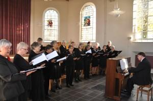 Vrouwenkoor Ma Musica met achter de piano Wim Opgelder
