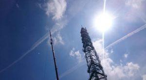 DAB antenne wordt geplaatst (F: M. Dol RTV1)